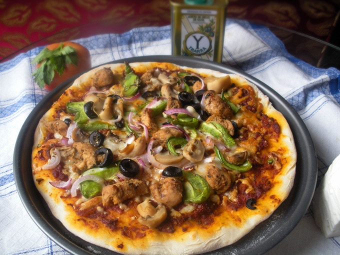 Becky Keeps House | Spicy Pizza with Chicken Fajita Topping - This spicy pizza recipe makes delicious, Brooklyn-Style homemade pizza a snap, even if you don't have a pizza stone or peel!